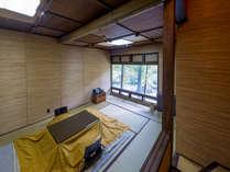 【本館客室】古都 入口から客室へ、数段下がる立体的な造り