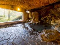 【温泉】岩風呂 巨石から放出されるラジウムと源泉のフッ素との相乗効果