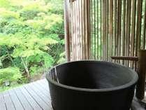お庭を見ながら露天風呂。中には木のお風呂がございます。