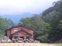 ブナの原生林に佇む秘湯の宿。日常の喧騒を忘れ、湯と山の幸を楽しむひと時を。