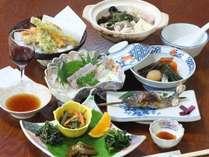 【湯の華プラン・夕食例】地元で採れた山菜料理・ヤマメのお刺身や塩焼きなど、山のご馳走を召し上がれ