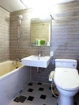 デザインに拘ったバスルーム、バスタブも広めでゆっくり入れます♪