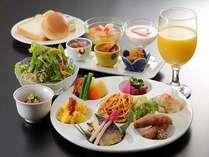 連日満席のレストランで食べる中華フルコース2食付き