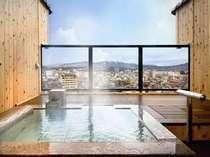 晴れた日には、飛騨の山並を眺めてのご入浴がお楽しみいただけます。(客室露天風呂の一例)