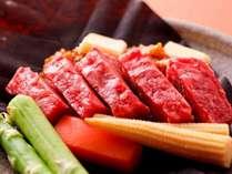 朴葉の上で宿オリジナルの味噌をからめていただく「朴葉みそステーキ」が人気です!