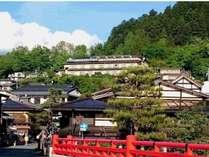中橋から見る当館(新緑の季節)