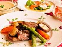 自慢のあか牛サーロインステーキは岩塩・コショウのみで素材の味を愉しむ