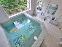 熱帯魚をモチーフにしたローマン風貸切温泉風呂。カラフルな熱帯魚たちが出迎えてくれます♪