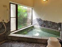 1階の岩風呂には伊豆石を使用、落ち着ける空間となっています!