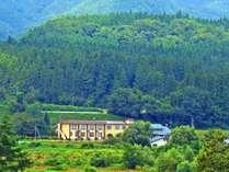 自然豊かな場所にたたずむ久田旅館。国道から離れているので静かで近隣に生息している鶯の鳴き声が響きます