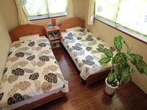 個室のお部屋です。6畳のお部屋にシングルベッドを2つ配置清潔なお部屋でゆっくりおくつろぎください。
