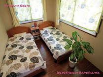 個室のお部屋です。6畳のお部屋にシングルベッドを2つ配置清潔なお部屋でゆっくりおくつろぎください^^
