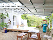 屋根付きテラス、雨の日もバーベキューを楽しめます。お子様用滑り台有り、ペットと自由に休日を楽しめます