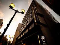 ホテルは便利な三条通り沿いに面しています。