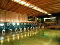 【大浴場】樹齢一千年を経た檜の巨木を使用した当館名物の「古代檜風呂」