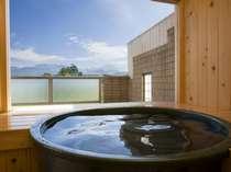 客室露天風呂の一例 晴れた日には雄々しい剱岳をご覧いただけます。