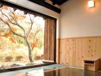 武尊の山並みと美しい庭園の木々を望める客室付露天風呂