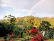 【秋】ホテルからは自然豊かな里山の景色が一望できる。敷地内の庭の散策もお勧め♪