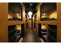 【ドミトリー】個人旅行や出張の御利用に!ベッド内にカーテン、ミニロッカー、充電用コンセントを完備。