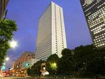 地下1階、地上37階建ての高層ホテルです。客室は1000室を超えます。