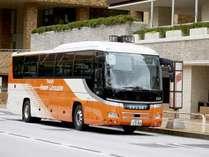 空港からのリムジンバスがホテル正面に停車いたします。