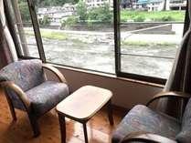 和室の縁側から玖珠川の眺めは癒されます