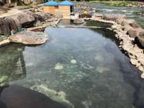 玖珠川の河川敷にある混浴露天風呂「河鹿の湯」は360度パノラマビューの人気の露天風呂です