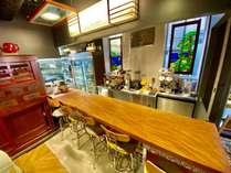 リニューアルオープンしたバーカウンター。朝昼夜とお食事がお召し上がりいただけます。