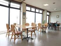*当館自慢の絶景を眺める事のできる明るいロビーで、コーヒーを飲みながらゆっくりして下さい。