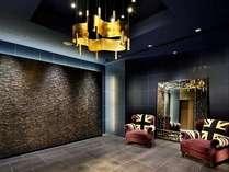 1階エレベーター前には英国調のソファ。