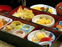 【ご夕食例】日替わり小会席をご用意致します。(天麩羅/お造り/和え物/お吸い物/香物/ご飯 など…)