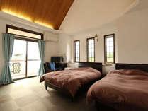 【本館スタンダード】洋室、セミダブルベッド1台、シングルベッド1台が備え付けです。