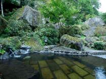 そそり立つ奇岩に囲まれた、耶馬溪ならではの露天風呂