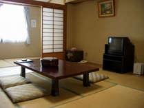 落ち着きのある和室。冬季は加湿器も設置。