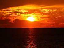 *静かに流れる時間。夕焼けに染まる日本海。