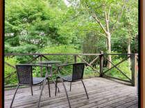 *【ログハウス/さくら亭中央】お部屋のテラスで自然を満喫してみてください。