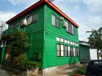JR田沢湖駅から歩いて1分、この「緑の宿」が見えます。日中(9:00~16:00)は閉館です。
