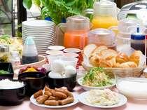 石川県産コシヒカリの炊き立てご飯とお味噌汁・チャンピオンカレーなど、種類豊富な無料朝食サービス