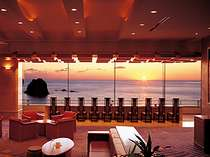 夕暮れの海を眺めながら寛ぎたいロビー※水平線に沈む夕陽は10月中旬~3月