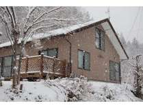 雪の別邸、周りは天然パウダー、山頂までのハイクは約1時間
