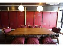 部屋の中央に鎮座する大きな8名掛けダイニングテーブル