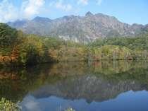 色づき始めた鏡池と西岳