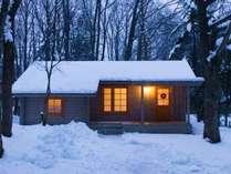 雪に包まれる冬のコテージ