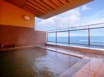 男性浴場「月のゆ」露天風呂。目の前に広がる津軽海峡は疲れた体も癒してくれる絶景です。
