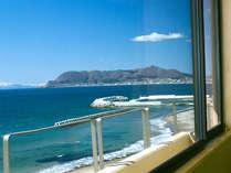 客室からの眺め。津軽海峡と函館山・函館の街が遠く望めます。