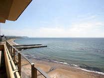 客室からの眺め。空と海がすぐ目の前に広がります。
