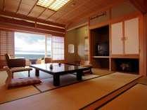 職人仕事が冴える、杉皮葺きの天井数奇屋造りで檜薫る本館客室になります。