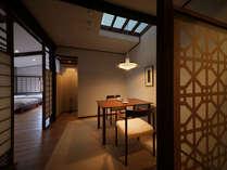 【和洋室】天光をとりいれる小窓とダイニング。気構えず過ごせるテーブルスタイル。