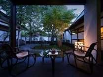 【座庭テラス】湯上りに夕涼みはいかがでしょうか。
