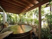 【女性露天風呂】湯口からの源泉はかけ流し、温度管理のため循環する半循環形式。